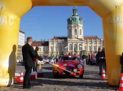 Reinhard Naumann (Bezirksbürgermeister Charlottenburg-Wilmersdorf) startet das Oldtimer-Rennen