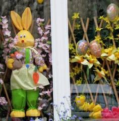Ostern in einem Fenster im Klausenerplatz-Kiez