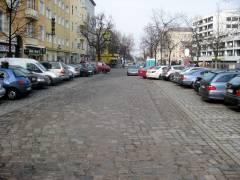 Integrierter Parkplatz mit extragroßer Würstchenbude und Mobilklos - warum?