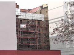 Gerüst am alten Fabrikgebäude in der Knobelsdorffstraße (ehemaliger Sitz des Platane 19 e.V.)
