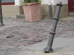 Neuer Poller in der Danckelmannstraße - schon eingeknickt