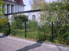 Das Hauptgebäude des Horts mit der Seitenfront der Carl-Orff-Grundschule