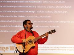 Der kubanische Liedermacher Eduardo Sosa auf der Rosa-Luxemburg-Konferenz 2019 / Foto © Frank Wecker
