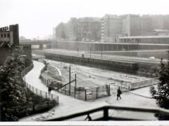 """Blick von Knobelsdorffbrücke auf Kaiserdammbrücke (1962 oder 1963). Die Stadtautobahn Richtung Norden ist noch im Bau; im Mittelgrund Sackgassenende der Saldernstraße mit Fußweg zur Knobelsdorffstraße; links das """"Auto-Hotel"""", jetzt Autohaus Dinnebier – Foto Detlev Lubjahn"""