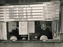 """Kinokasse mit Hinweis """"Ostbewohner ermäßigte Eintrittspreise"""" - Foto Sammlung Eggert"""