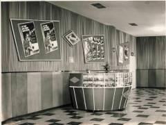 """Foyer mit Filmplakaten für """"Ariane - Liebe am Nachmittag"""", """"Gehetzte Frauen"""" und """"Das kleine Teehaus"""" - Foto Sammlung Eggert"""