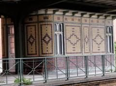 Zweiter Bahnsteig mit Zugabfertiger-Häuschen schon lange außer Betrieb