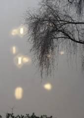 Fenster-Reflexionen an einer Kiezer Hauswand