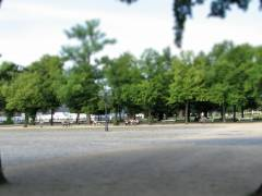 Auch wieder Bänke auf der anderen Seite vor dem Schloß Charlottenburg