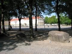 Auch keine Bänke mehr auf der anderen Seite vor dem Schloß Charlottenburg
