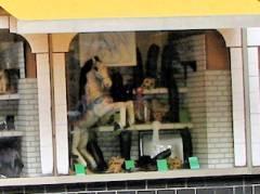 Das Reitpferd im Schaufenster der Schuhmacherei Ebert