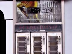 """Alter Strumpfautomat für die """"Rund-Um-die Uhr-Versorgung"""" der Dame an der Hauswand der Schuhmacherei Ebert"""