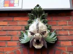"""Wassergeist - an der Front des Stadtbad Charlottenburg """"Alte Halle"""""""