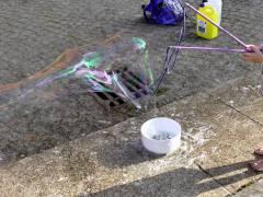 Seifenblasen-Spaß im Hof der Nehring-Grunschule