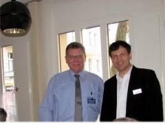 Polizeihauptkommissar a.D. Michael Nasdala vom Landeskriminalamt (LKA) und Herr Parente von der GEWOBAG bei der Veranstaltung zur Seniorensicherheit in Charlottenburg