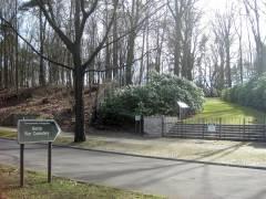 Hinweisschild, Eingangspforte, Weg hinauf zum Friedhof
