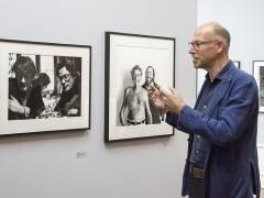 Der Fotograf Mart Engelen vor einem Foto von Alice Springs in der Helmut-Newton-Stiftung / Foto © Frank Wecker