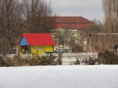 Holzhaus auf dem Spielplatz Klausenerplatz 2013 im neuen Glanz