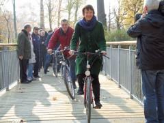 und es kann losgehen, die ersten Fahrradfahrer auf der neuen Brücke