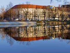 ... Charlottenburg gespiegelt ...im Wasser der Spree
