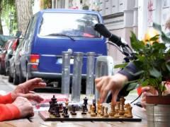 Straßenspiel vor dem Eiscafé Q-Masch in der Nehringstraße