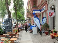 Buntes Leben vor dem Eiscafé Q-Masch in der Nehringstraße