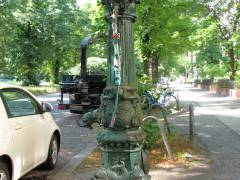 """""""Bestrickte"""" Lauchhammer-Pumpe in der Schloßstraße (Charlottenburg)"""