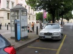 Stromtankstelle in der Schloßstraße (mit zwei gelb markierten Parkplätzen)