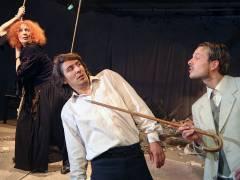 """Szene aus """"Eine Frau brütet"""" im Teatr Studio  am Salzufer / Foto © Frank Wecker"""