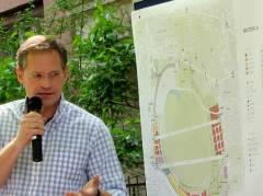"""Stadtentwicklungssenator Michael Müller (SPD) zum Tempelhofer Feld im Vorgarten der Kneipe """"Kastanie"""""""