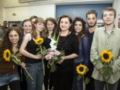 Nach der erfolgreichen Uraufführung freuen sich die jungen Darsteller gemeinsam mit der Autorin Brygida Helbig. / Foto © Frank Wecker