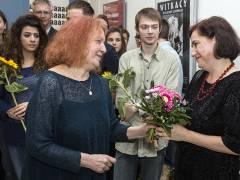 Theaterleiterin und Regisseurin Janina Szarek gratuliert nach der erfolgreichen Uraufführung der Autorin Brygida Helbig. / Foto © Frank Wecker