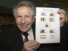 Otfried Laur präsentiert die Briefmarkenserie zum Jubiläum des Theaterclubs / Foto © Frank Wecker