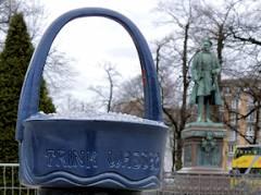 Trinkbrunnen auf dem Mittelstreifen der Schloßstraße