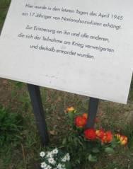 Gedenktafel für einen Ende April 1945 ermordeten 17jährigen Deserteur in der Uhlandstraße