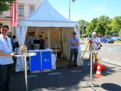 """Stand der Landesvermessung und Geobasisinformation Brandenburg beim Straßenfest auf der Schloßstraße - """"Tag der öffentlichen Daseinsvorsorge"""" im Juni 2010"""