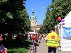 Gewerkschaftler und Besucher vor dem Schloß Charlottenburg