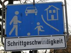 Verkehrszeichen für verkehrsberuhigten Bereich mit Schrittgeschwindigkeit im Kiez am Klausenerplatz