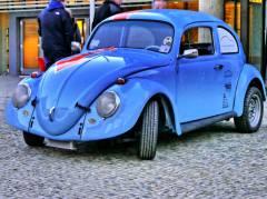 Ein flotter VW-Käfer - Ausstellungsstück vor dem Charlottenburger Oberstufenzentrum Kraftfahrzeugtechnik