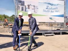 Jörg Simon, Vorstandsvorsitzender der Berliner Wasserbetriebe, und Umweltstaatsekretär Stefan Tidow starten den Neubau des Abwasserpumpwerks Charlottenburg.