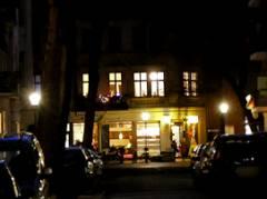 Ein letztes weihnachtliches Leuchten an der Ecke vom Eiscafé Q-Masch in der Nehringstraße