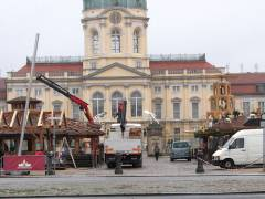 Aufbauarbeiten zum Weihnachtsmarkt vor dem Schloß Charlottenburg - 19.11.2008