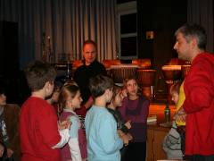 Charlottenburger Jazzfestival im Jugendclub Schloß19 - Christof Griese und ein weiterer Lehrer der Musikschule Charlottenburg-Wilmersdorf bereiten eine Gruppe auf den Auftritt vor