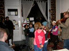 Weihnachtsfest im Mieterclub - Alwin Bauer mit einer Schülern und Chorbegleitung