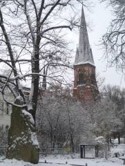 Auenkirche von NO; im Vordergrund der ehemalige Schlageter-Stein