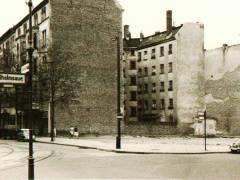 Abgeräumtes Grundstück Uhlandstraße 100 Ecke Wilhelmsaue (um 1970) / Foto Firmenarchiv der Druckerei Heenemann