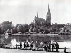 Berlin-Wilmerdorf, Ansicht um 1900. Wilmersdorfer See und Dorfkirche (Auenkirche) / Bildquelle Globus Verlag/Wikipedia
