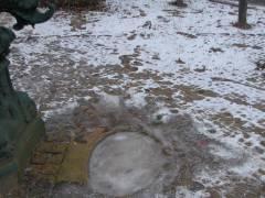 Winter im Kiez 2012 - Diese Eisfläche ist bis auf die Glätte ungefährlich, aber Eis auf Seen betritt man auf gar keinen Fall !