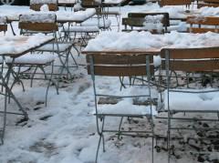 Schnee auf den Tischen vor dem Eiscafé Q-Masch in der Nehringstraße