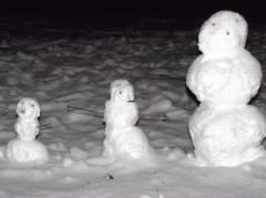 Drei Schneemänner im Hinterhof am Klausenerplatz